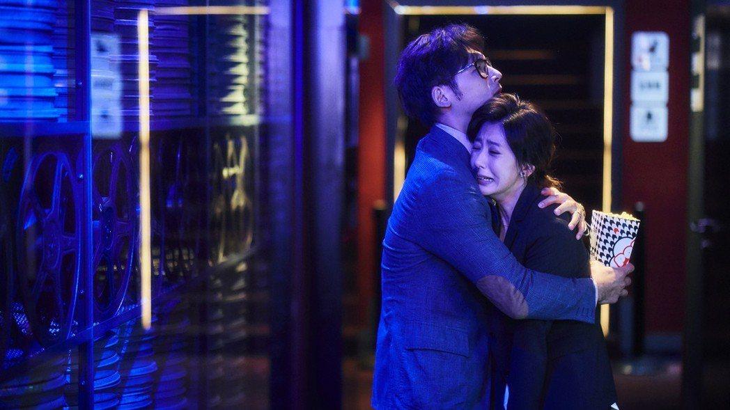 賈靜雯(右)大喊「過不去」哭倒在劇中老公溫昇豪懷中。圖/公視提供