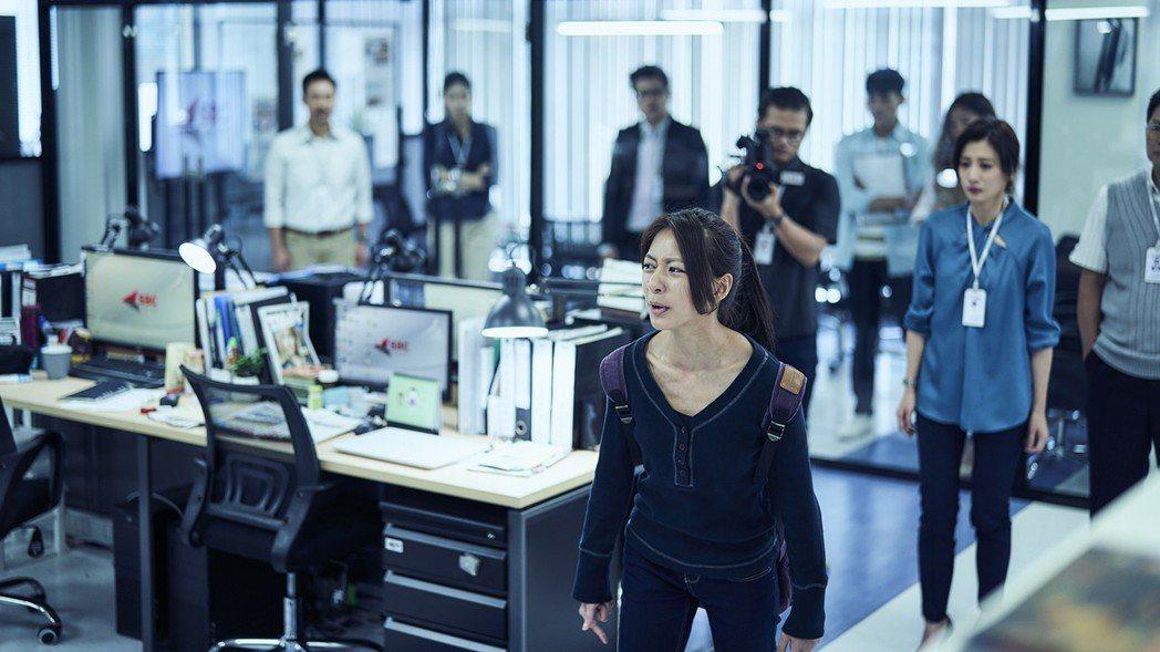 陳妤劇中嗆新聞台同仁:「你們殺的人沒有比我哥少!」。圖/公視提供