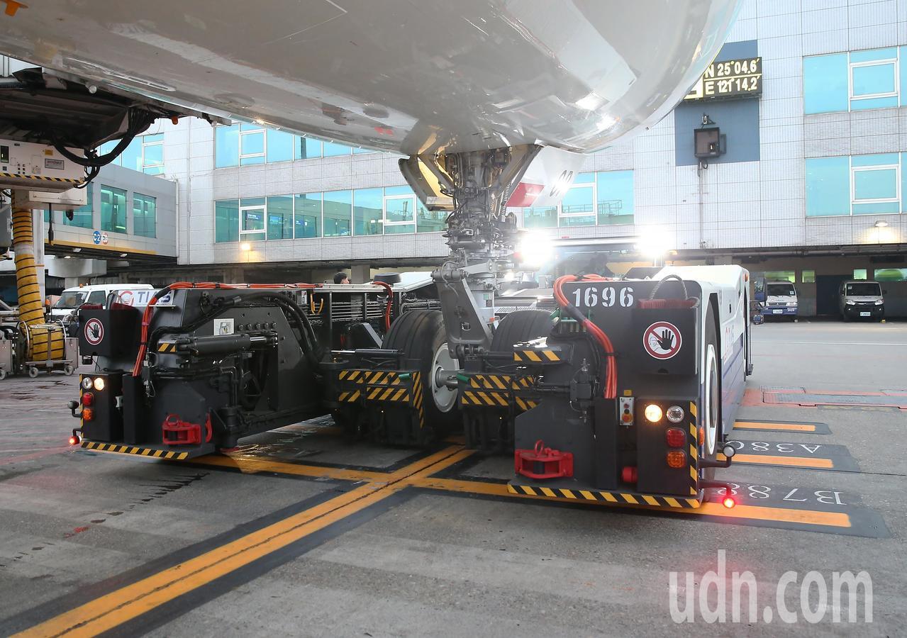 桃園航勤公司新購入超大型無拖桿拖車,可以服務最大的空中巴士A380型機。圖為這型...