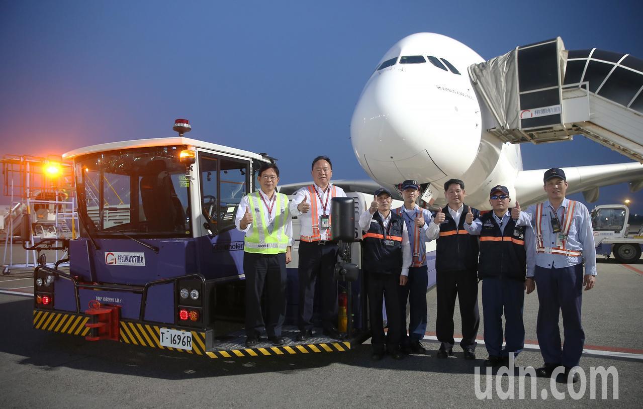 桃園航勤公司新購入超大型無拖桿拖車,可以服務最大的空中巴士A380型機,桃園航勤...