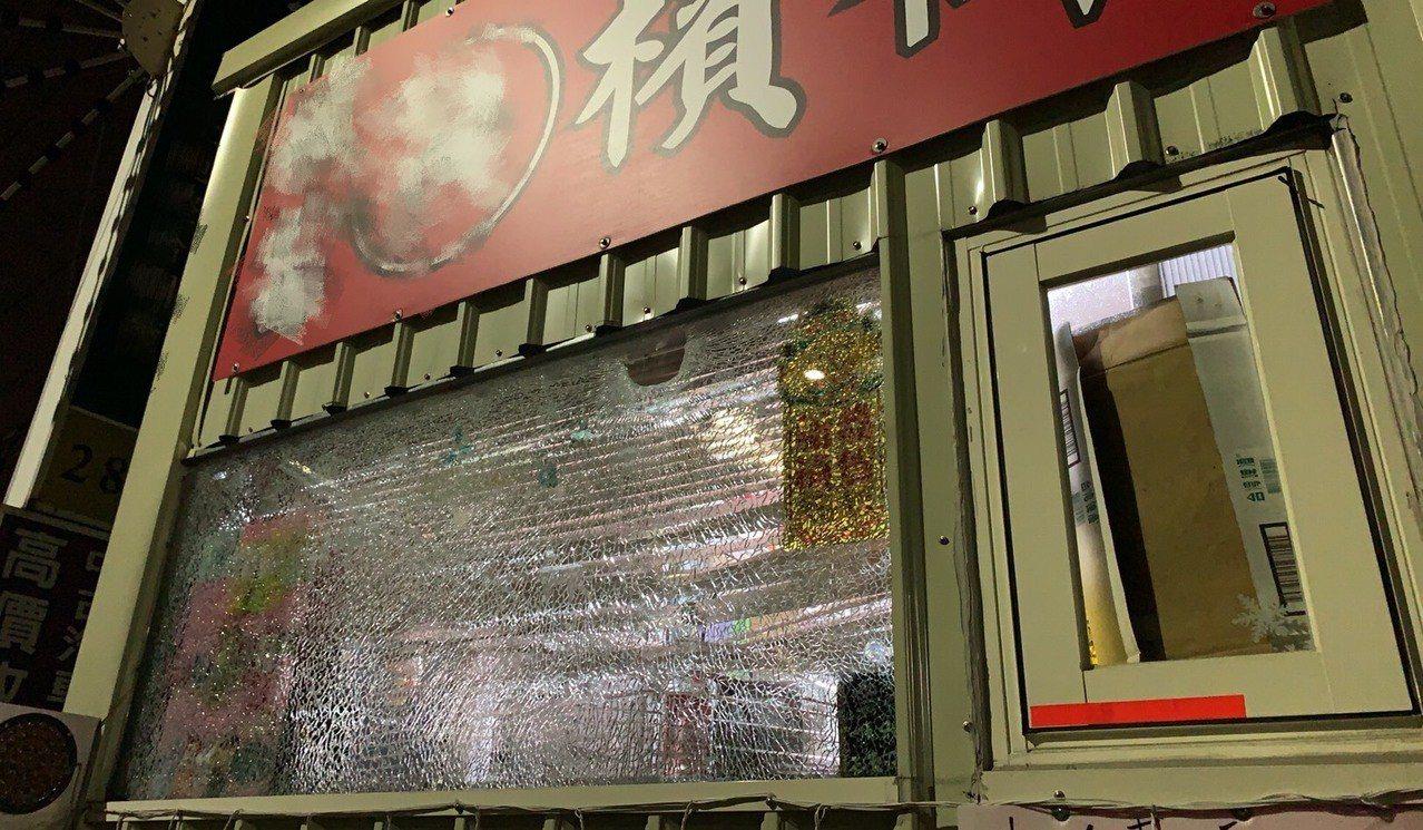 北市士林區1家檳榔攤遭人砸店。記者蕭雅娟/翻攝