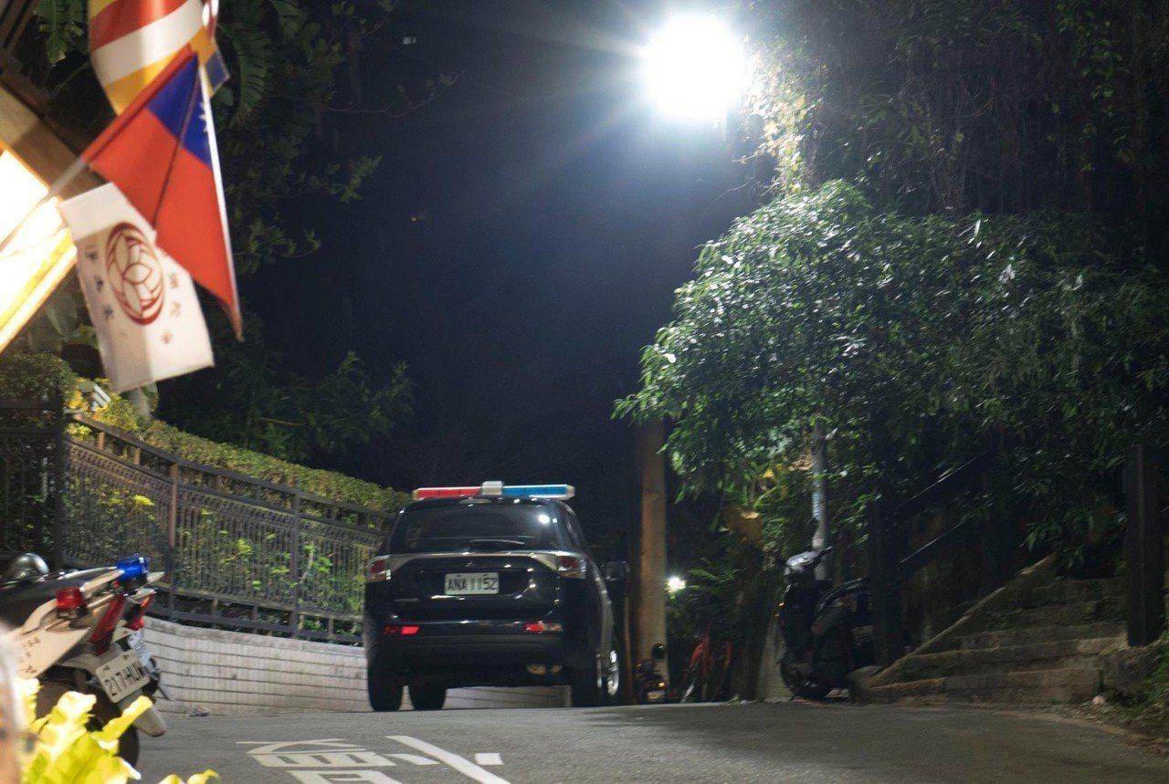 一對情侶前往台北市象山步道看夜景,遭一名中年男子持水果刀強盜700多元,警方調閱...