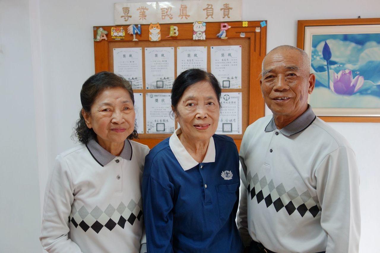 林愛娥(中)是慈濟在嘉義市第一個骨捐關懷志工。照片/慈濟提供