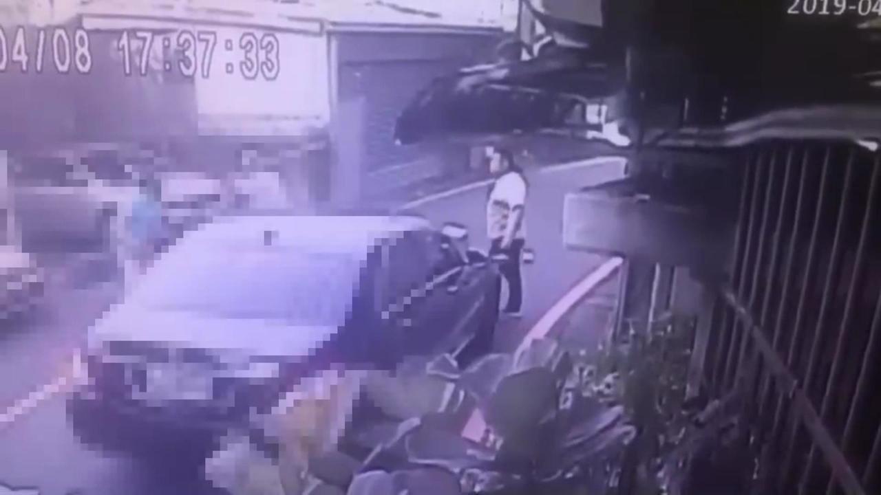 史姓男子持球棒痛毆金中玉,林姓男子下車在旁觀看。記者袁志豪/翻攝