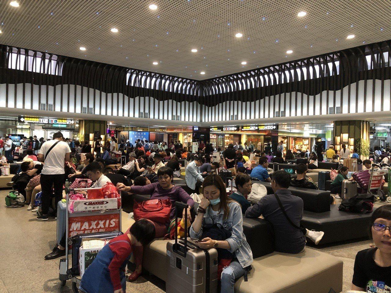 金門尚義機場受濃霧影響,今天共取消25架次航班,機場擠滿候機的旅客。記者蔡家蓁/...