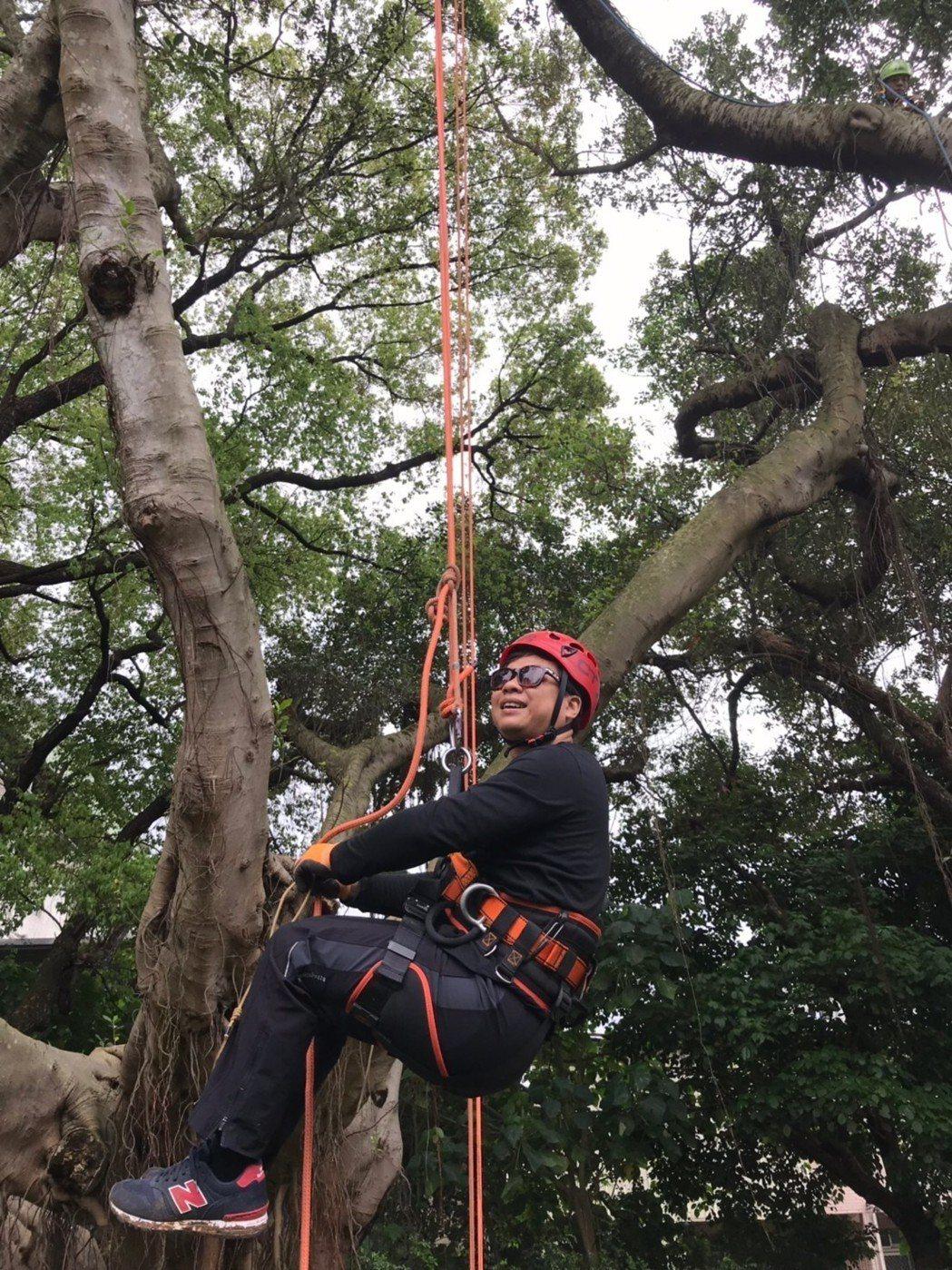 王俊傑日前與友人挑戰攀樹。圖/ 獨一無二娛樂提供