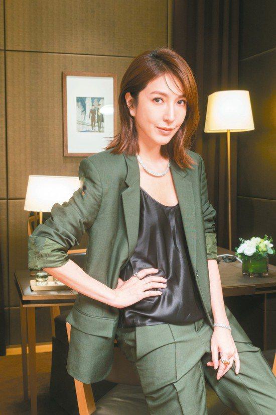 楊謹華穿Bottega Veneta綠色毛料套裝,配戴卡地亞Reflection...