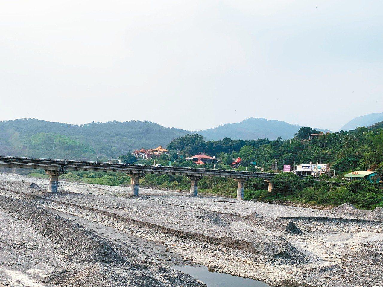 目前正是山區枯水期,屏東縣三地門鄉的隘寮溪乾涸見底。 記者翁禎霞/攝影