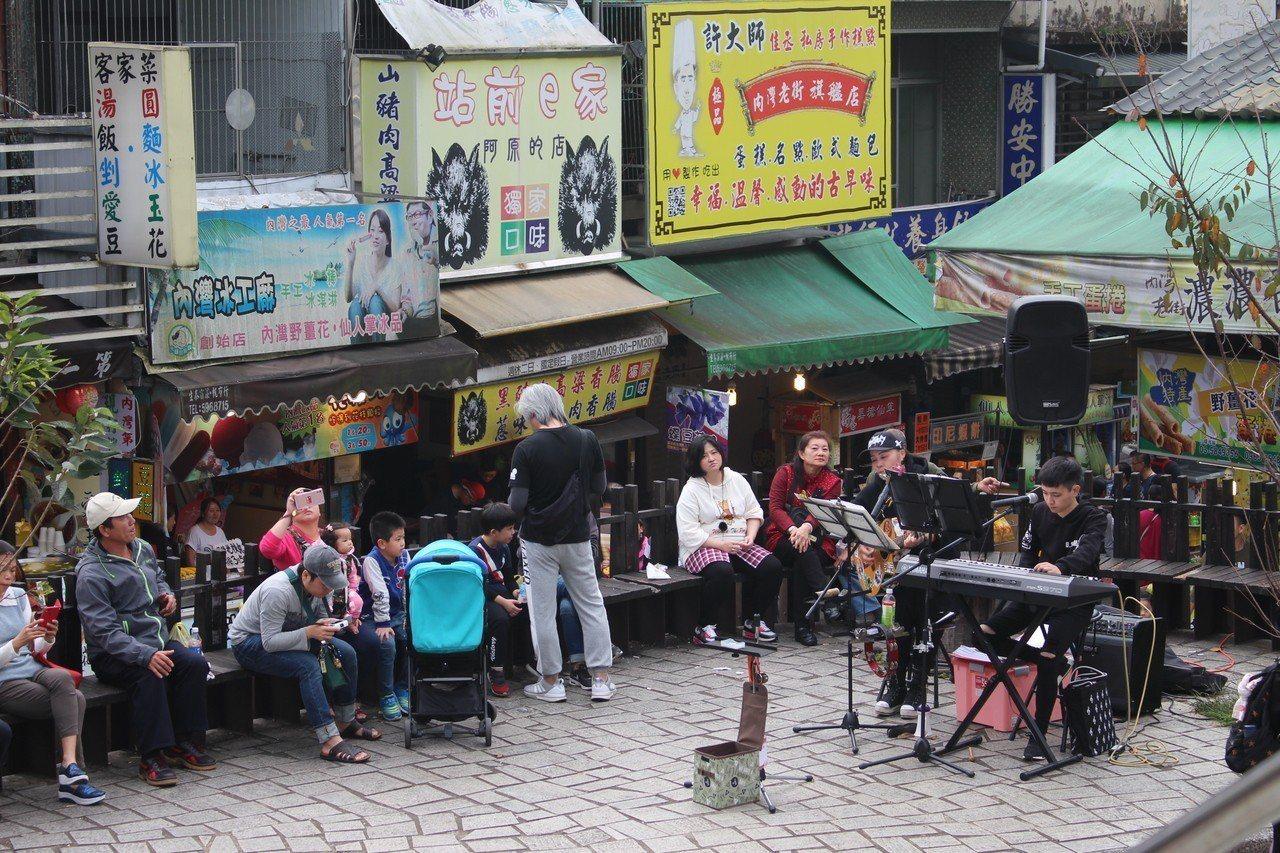 新竹縣內灣老街人潮多,街頭表演申請搶破頭。 記者張雅婷/攝影