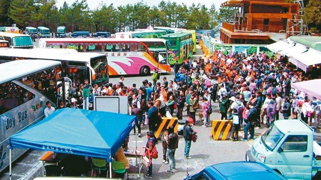 旅行業者表示,春遊補助打亂旅遊市場,最近遊覽車供不應求。 報系資料照