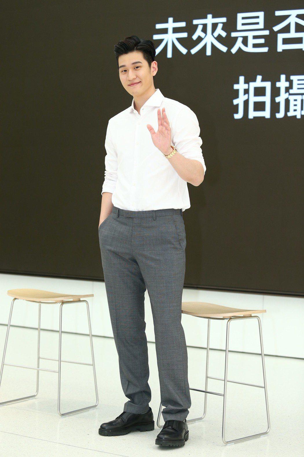 歌手周興哲上午在apple旗艦店發表新歌「終於了解自由」MV。記者王騰毅/攝影