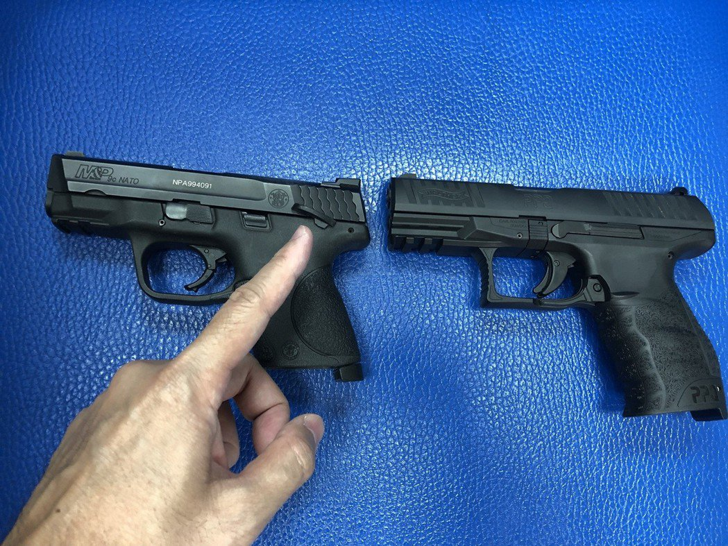 台中市警局去年4月換發新槍PPQ M2型手槍(右),但與舊槍不同的是,新槍取消了...