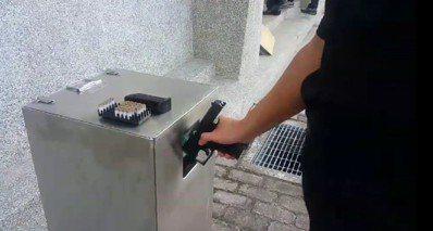 台中市第一警分局教官楊卓任設計可以單手清槍的清槍桶,去年4月申請專利通過。 圖/...