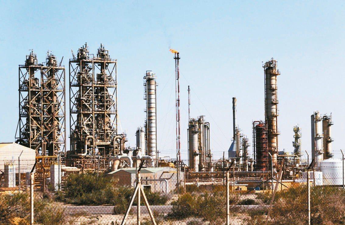 國際油價8日盤中攀升至五個月高點。 路透