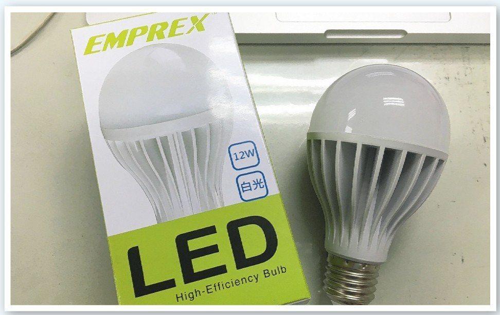 2016年的台電股東紀念品是一顆LED燈泡。報系資料照/記者高詩琴攝影