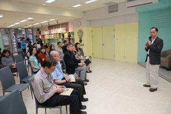校長王學亮(右)強調「SDG-Inside」鼓勵學生走出校園參加國際共學營,培養...