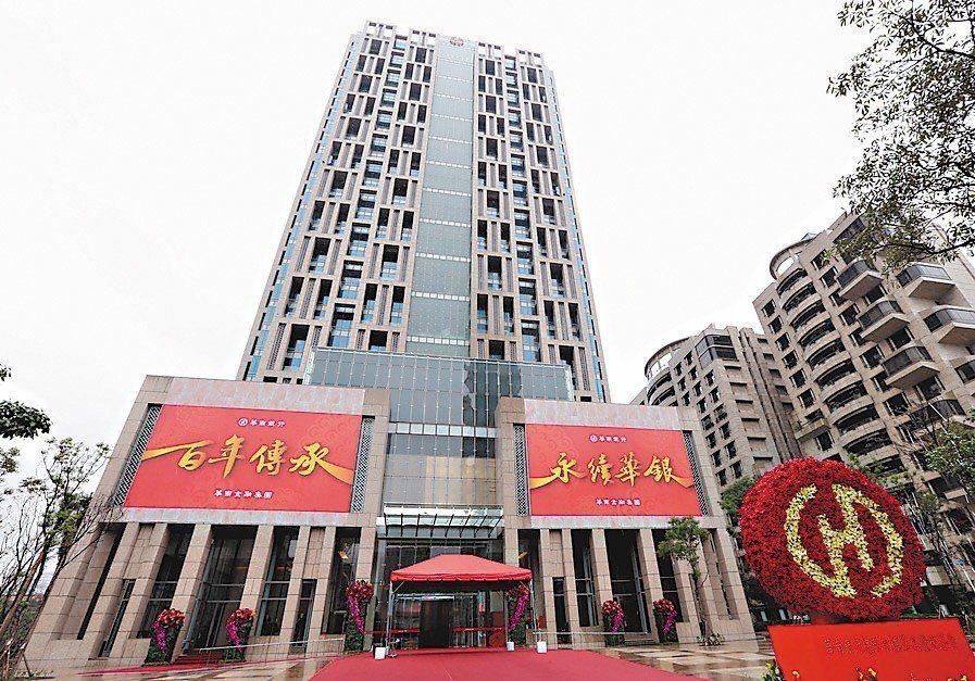 華南銀行今年獲利亮眼,據悉,員工明年除了年度加薪平均3%以外,還有專業、晉升主管...