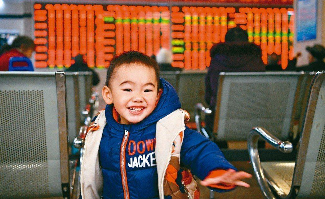人行貨幣政策持續偏向寬鬆,中國市場表現正向發展。 中新社