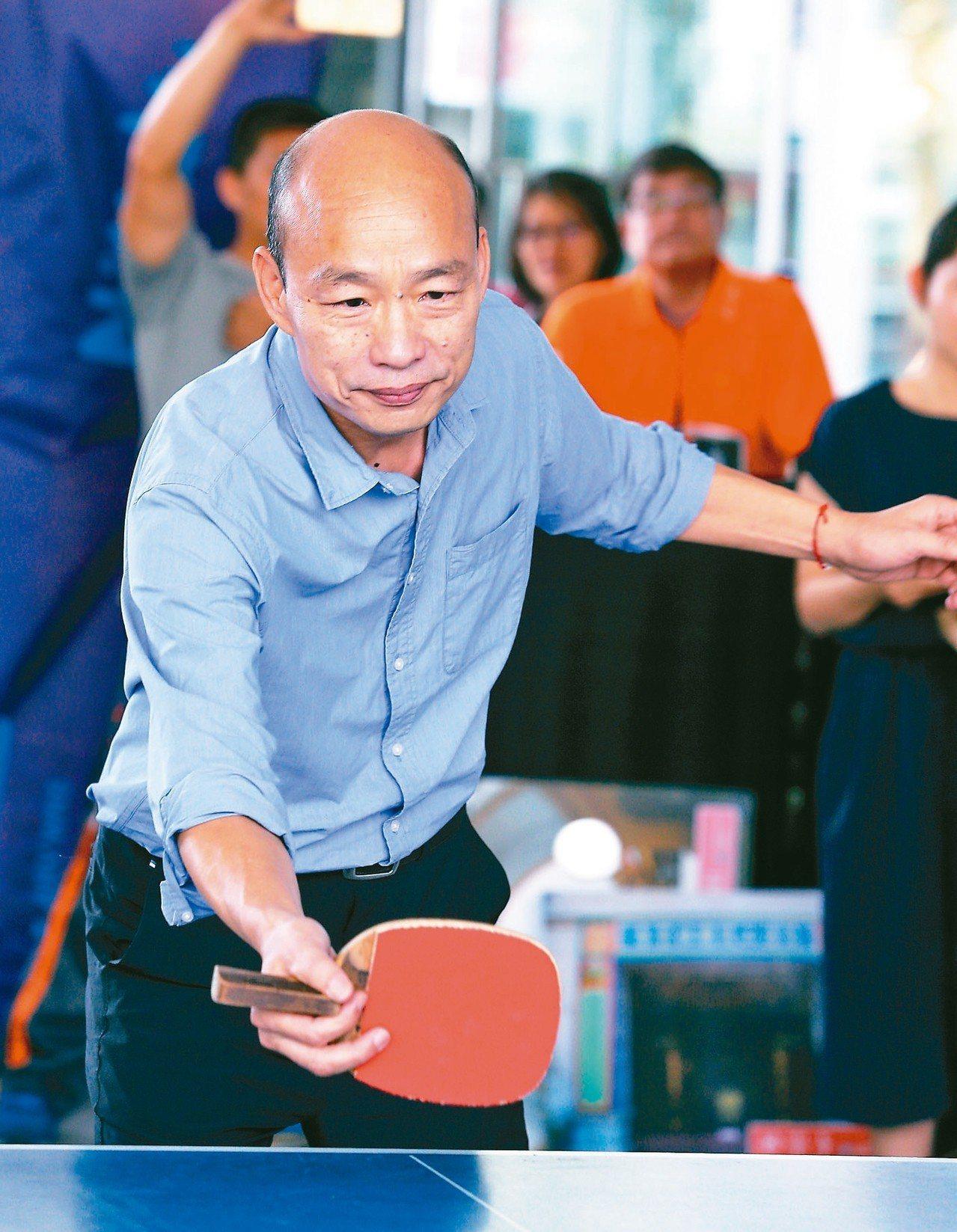 高雄市長韓國瑜上午與桌球好手莊智淵一較球技。 記者劉學聖/攝影