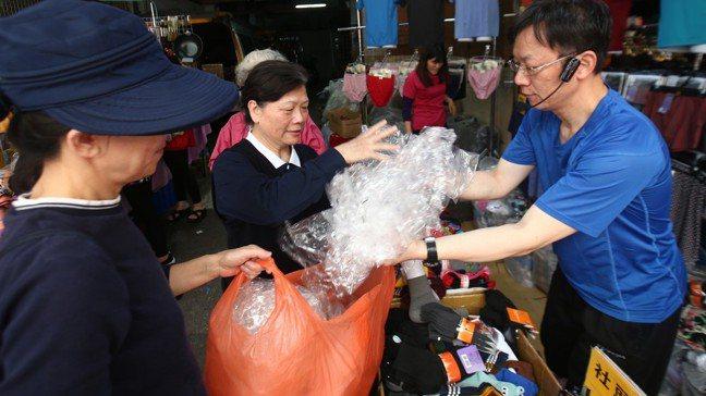 慈濟蘆洲環保站星期二與星期五都會到蘆洲市場回收塑膠袋。 記者蘇健忠/攝影