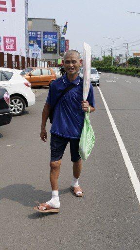 大甲媽出巡,男子黃清海即使是腳傷不便,仍連續21年參加媽祖遶境。 記者黃寅/攝影
