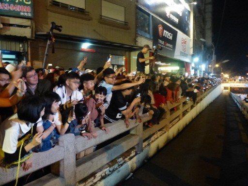 大甲鎮瀾宮媽祖9日凌晨通過民生地下道後,兩側數千民眾圍觀。 記者劉明岩/攝影