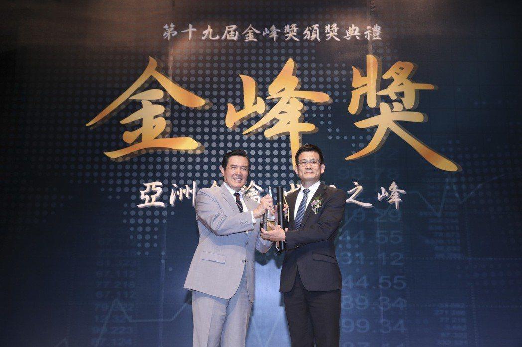 新光產險獲金峰獎「十大傑出企業」,由副總經理王伯壎(右)代表接受前總統馬英九(左...