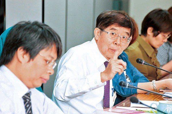 中央健保署署長李伯璋(中)強調,合理運用健保資源,才能讓邁入高齡化社會的台灣...