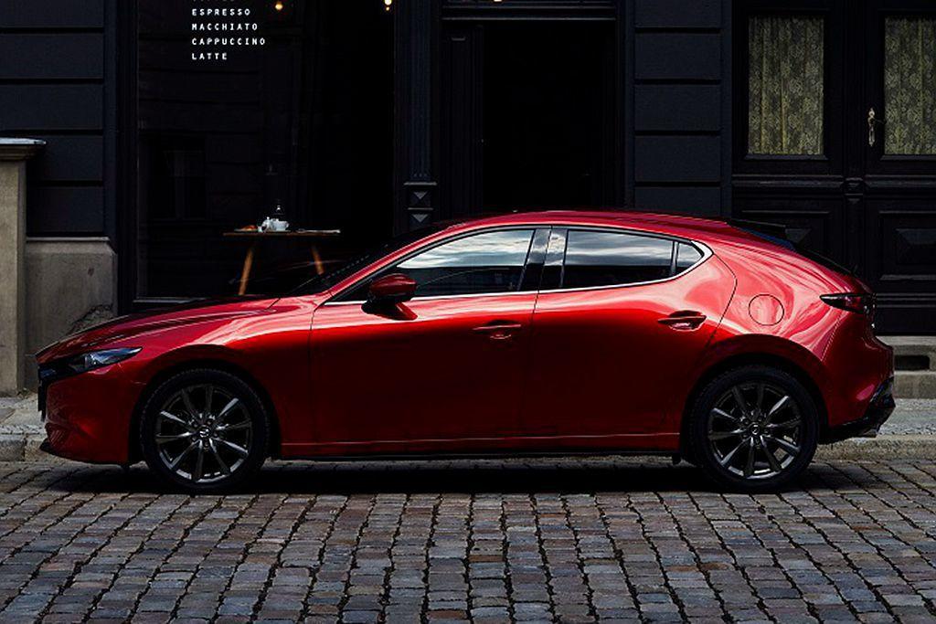 新Mazda3五門車型著重運動化與吸引力的表現,搭配厚實剛勁的C柱與更平順的車身...