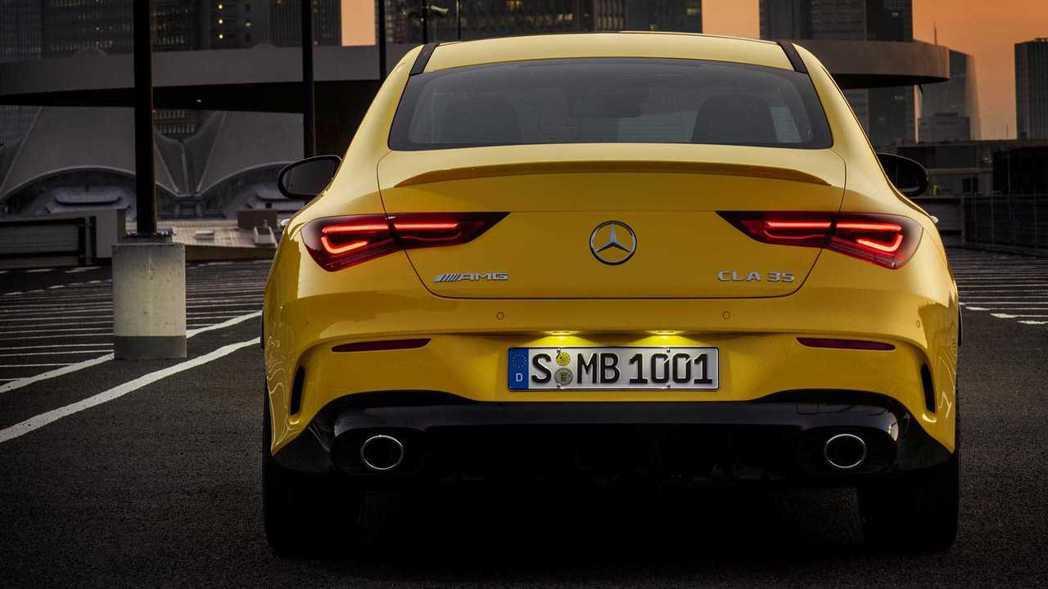 有著Coupe造型的車尾,配上AMG套件與雙出圓形排氣管點綴,性能味十足。 摘自...