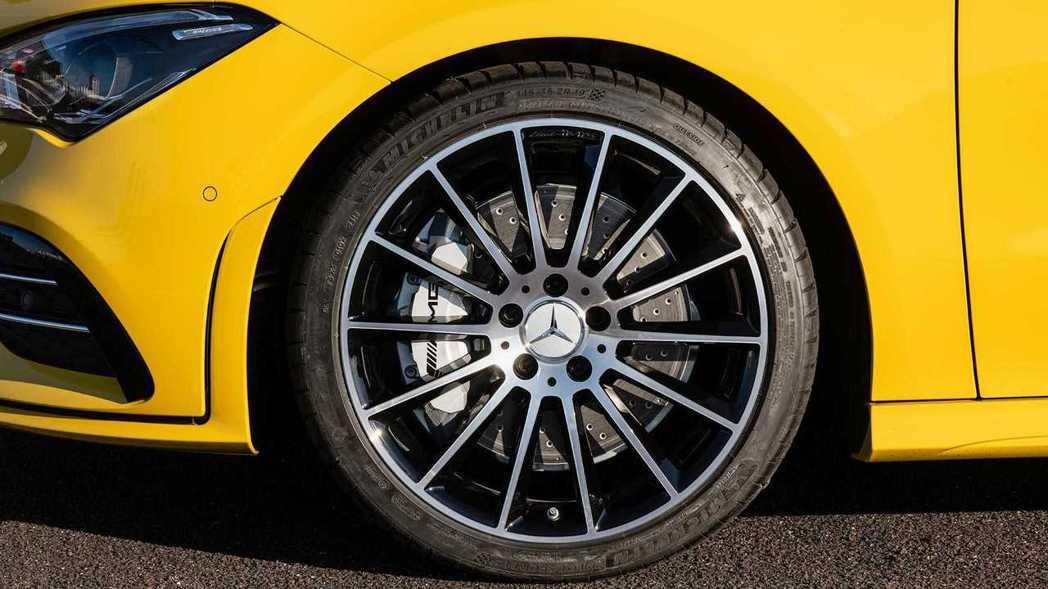 CLA 35也標配了前輪350mm後輪330mm的打孔通風碟,並且搭配前4活塞AMG卡鉗。 摘自Mercedes