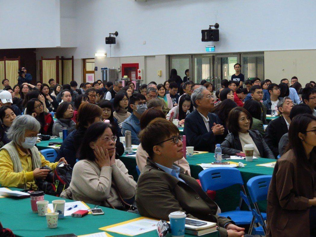 全球台商CEO高峰會吸引近三百人到場聆聽。 交大經管所/提供