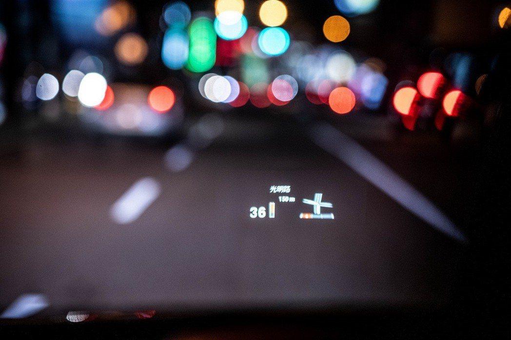 全新2019年式BMW X1領航版升級車況抬頭顯示器。 圖/汎德提供