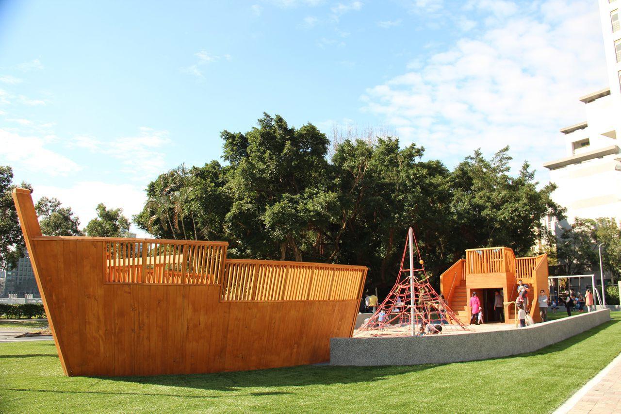 碧湖公園內有兒童遊戲場,以海盜船為主題。圖/台北市政府公園處提供