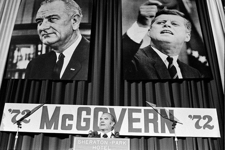 1972年麥高文代表民主黨競奪總統大位,最後因得罪黨內建制派,使其不願為他積極輔選最後落敗。圖為當年造勢資料照,後方掛著前總統詹森與甘迺迪像。 圖/美聯社