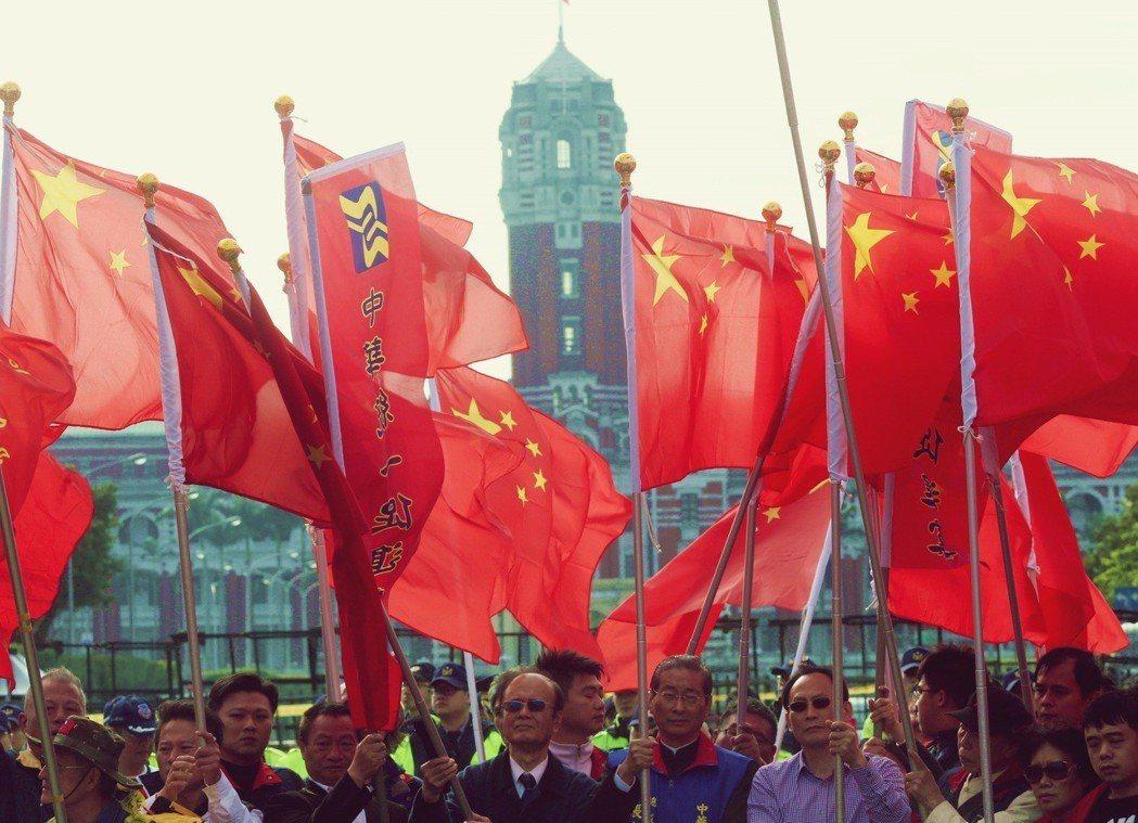 中文傳媒港、台、大陸三足鼎立並因政治觀點歧異而發生爭執的情況到1990年代已有很...