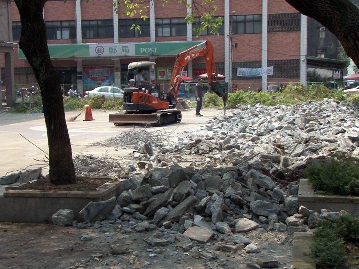 新北市立圖書館瑞芳分館在區民廣場動工興建,將保留居民的活動空間,同時改善圖書館的...
