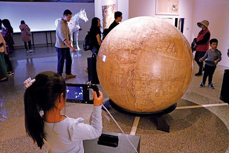 以擴增實境技術重現的「南懷仁的坤輿世界」,令人眼界大開。 【圖‧港區藝術中心】