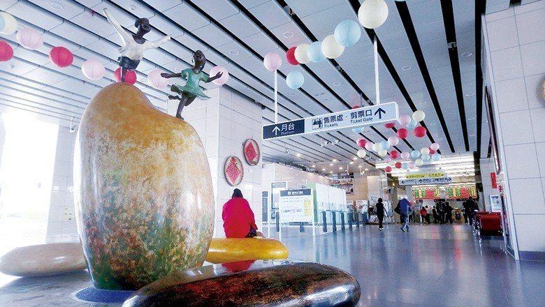 車站大廳的《大米愛小米》公共藝術,透露在地物產的豐饒。 【圖‧莊淑如】