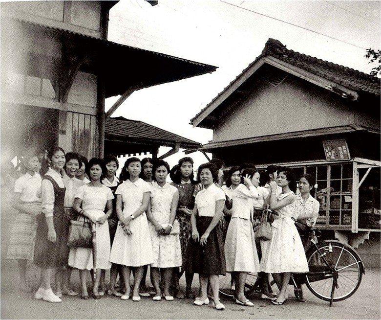 女士們為昔日的豐原火車站,增添花漾氣息。 【臺中市政府文化局】