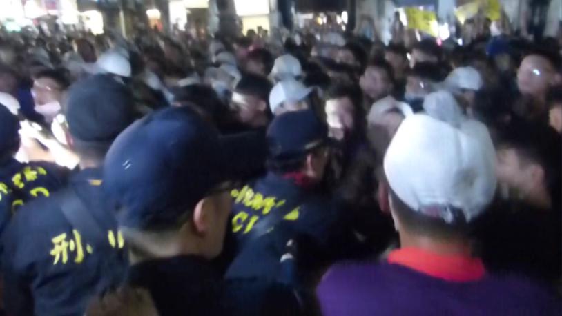 大甲媽祖零時通過彰化市民生地下道時,在接駕時爆發衝突,造成一名記者及兩名員警受傷...