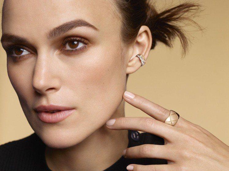 綺拉奈特莉配戴COCO CRUSH 銬式耳骨環,18K Beige米色金與白金鑲...