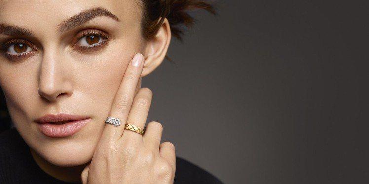 綺拉奈特莉配戴COCO CRUSH 指間戒,18K白金與黃金鑲嵌18顆明亮式切割...