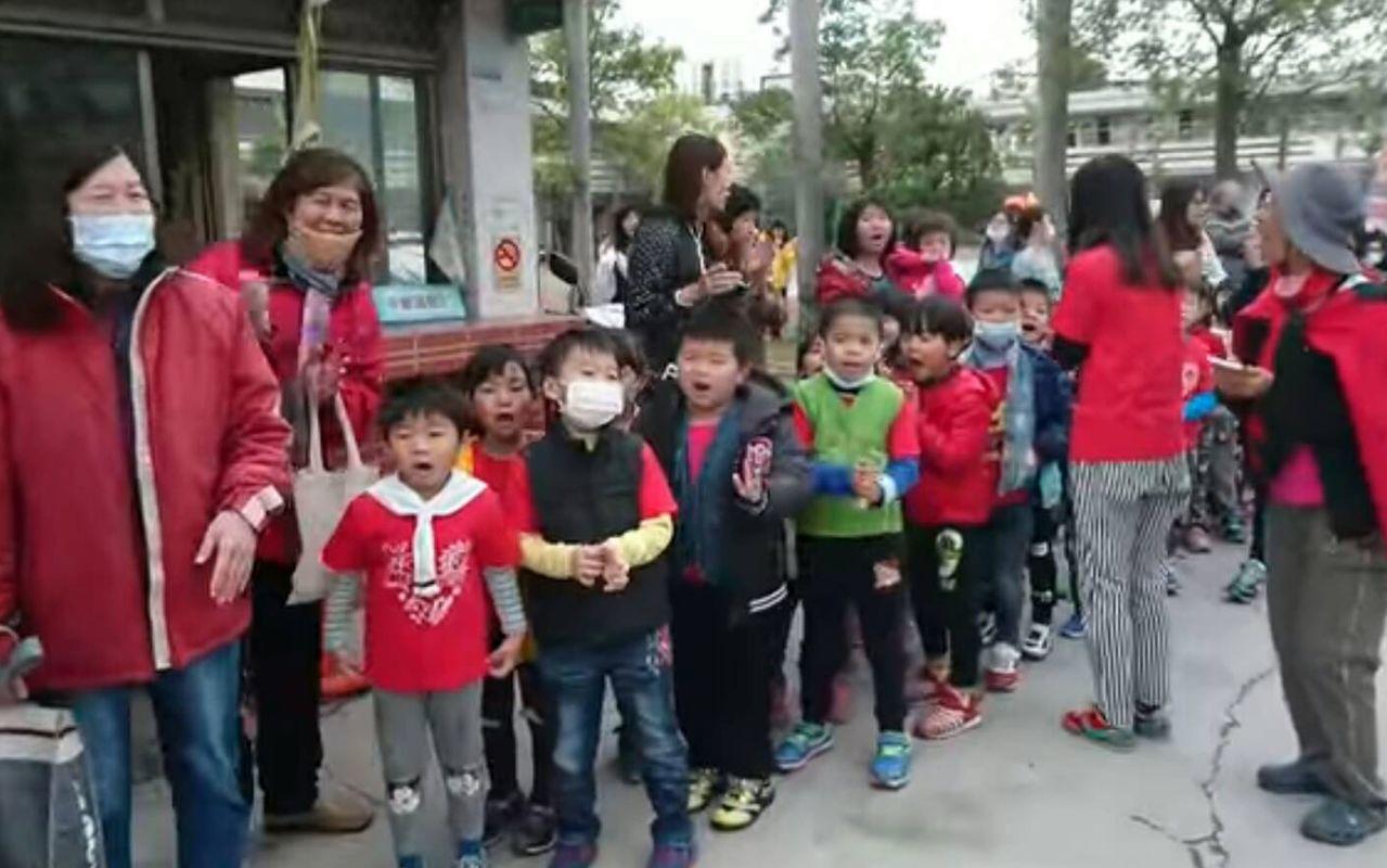 台中市追分國小師生前年在校門口大喊「媽祖婆、我愛你!」熱情恭迎白沙屯媽祖鑾轎到訪...
