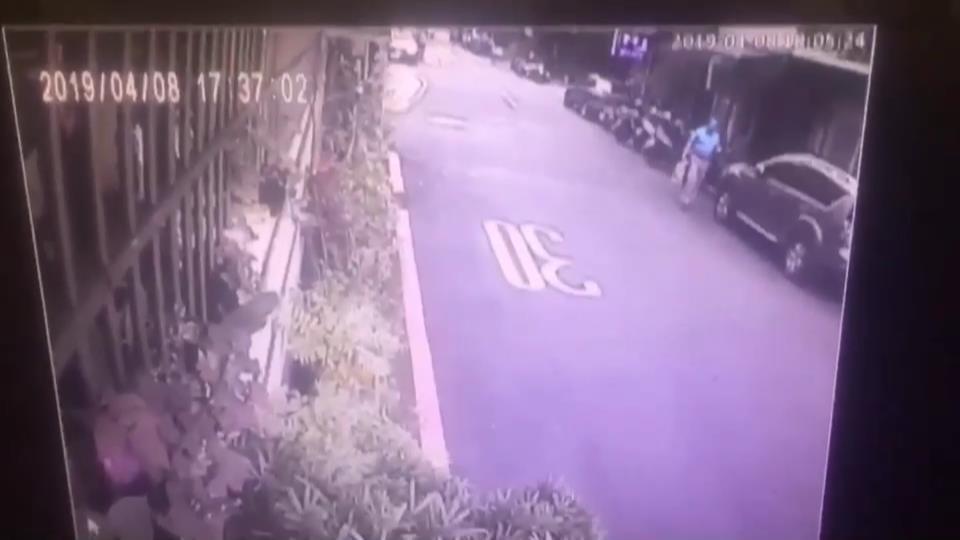 金中玉走在馬路上。記者袁志豪/翻攝