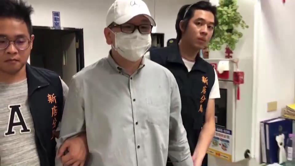 史姓男子持球棒痛毆金中玉,被警方帶回。記者袁志豪/翻攝