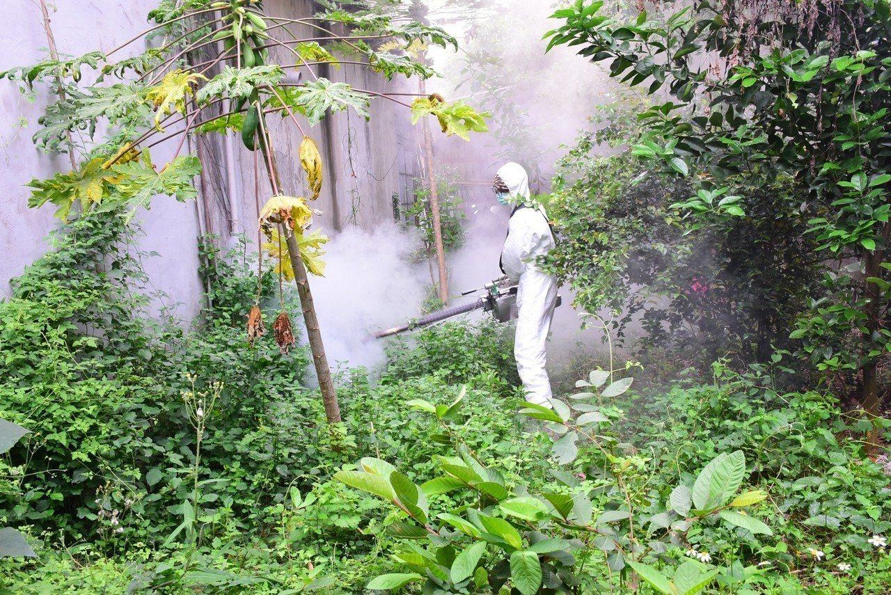 受暖冬影響,小黑蚊提早肆虐,花蓮市公所加強噴藥消毒。圖/花運市公所提供