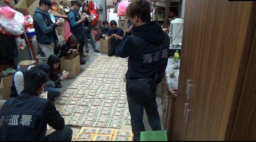 海巡署人員清點查獲偽鈔。圖/記者廖炳棋翻攝