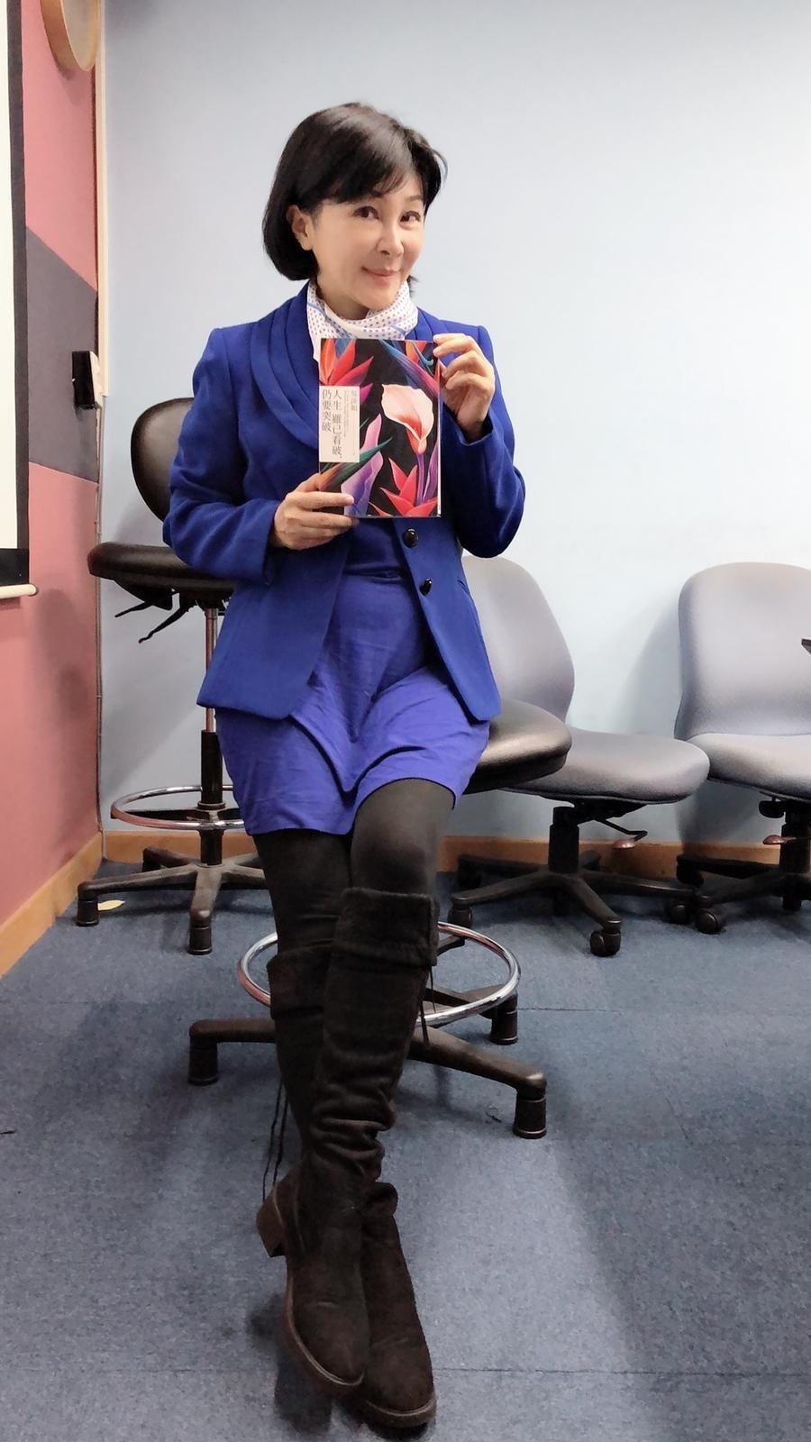 去年跑完百里戈壁後,吳淡如愈來愈健康,愈來愈堅實,手中拿的是她最新的書作品。記者...