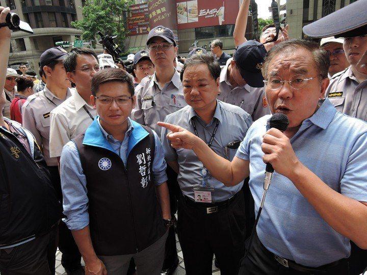 新店區台北小城住戶2016年抗議建商要在綠地上蓋房子,金中玉到場聲援(持麥克風者...